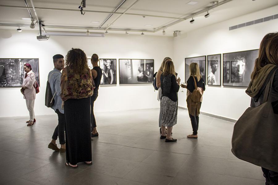 מבט אל התערוכה באירוע הפתיחה. צילום: אלה אלחזוב