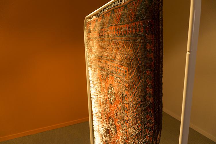 שטיח תפילה מכוסה סיכות של האמן פריד אבו שקרה בא להציג את היחסים המורכבים בין האסלאם לבין פירושיו