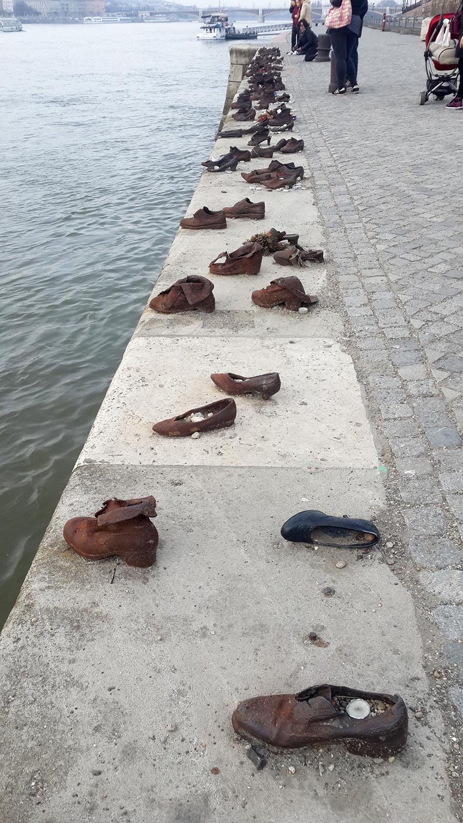 אנדרטת הנעליים על גדות הדנובה