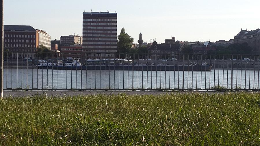 בניין Z מצידו השני של נהר הדנובה