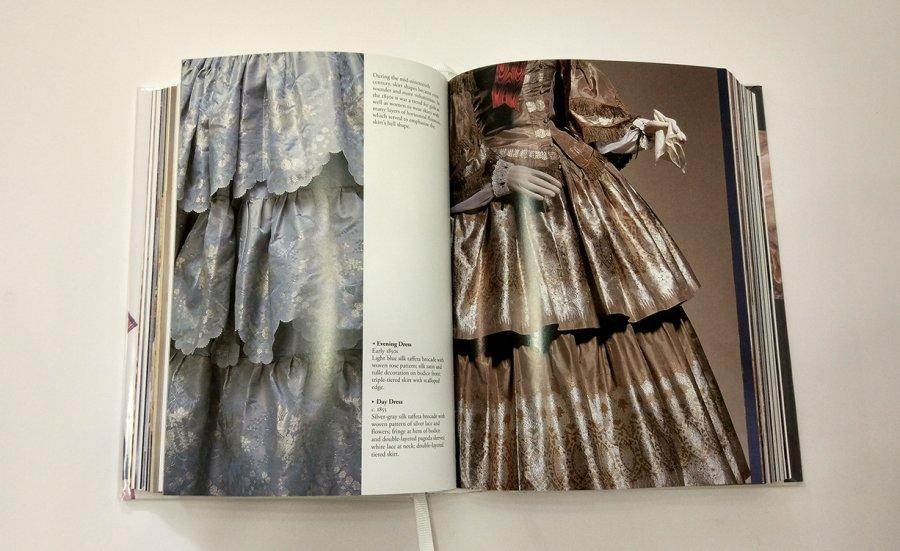 דוגמאות לבוש במאה ה-19. משמאל: שמלת ערב, משי כחול בהיר טפטה עם פאטרן סאטן משי ועיטור על חזית המחוך. חצאית חצובה משולשת עם קצוות בצורת צדפה.