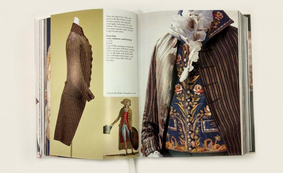 חליפת גברים, 1790. מעיל פסים כחול ירוק. עשוי משי וסאטן. צוורון עומד מקופל אחורה, אפודת משי רקומה, עם מכנסי משי וסאטן
