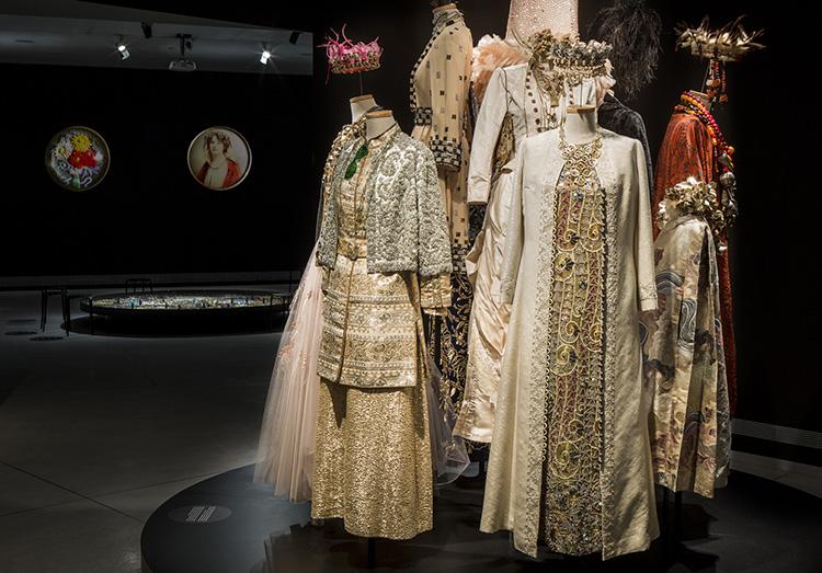 חלל הכניסה המכיל בגדים מאוסף מכללת ״שנקר״ להנדסה, עיצוב ואמנות