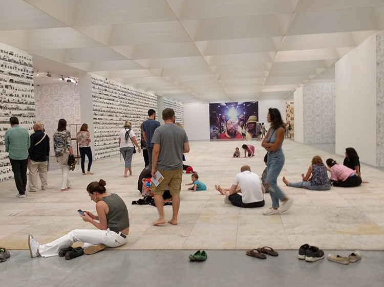 חלל המוזיאון המסורתי מתפרק כשהשטיח העצום מזמין את המבקרים להוריד נעליים ולהשתרע עליו
