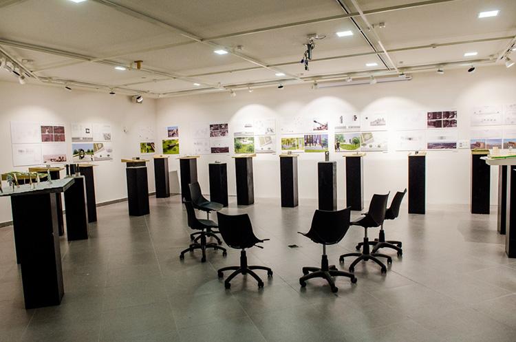 חלל התערוכה בגלריה ויטרינה, ממתינים לשופטים. צילום: גיא בן עטר