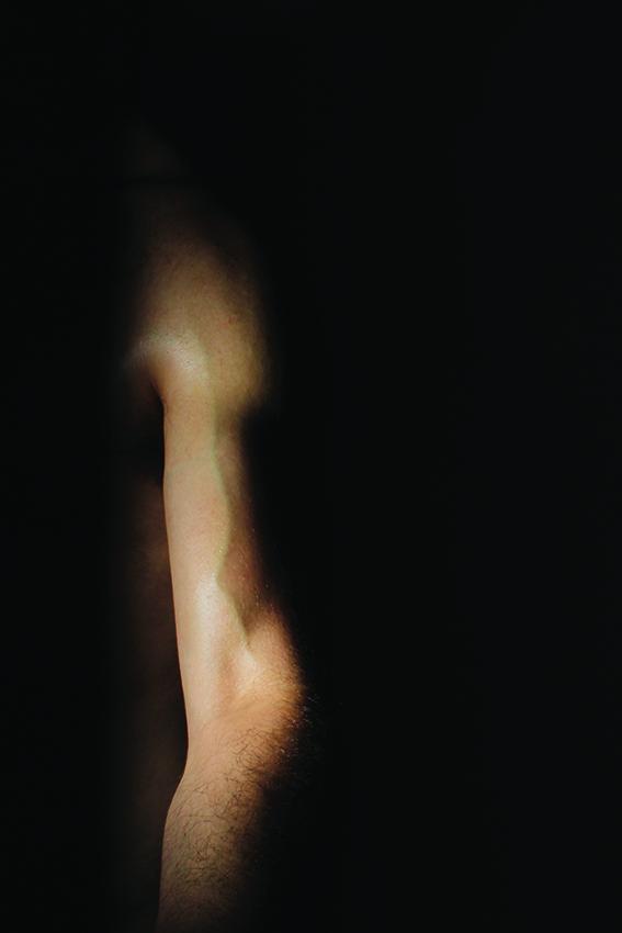 יד יוצאת מחושך, בת שחר כץ