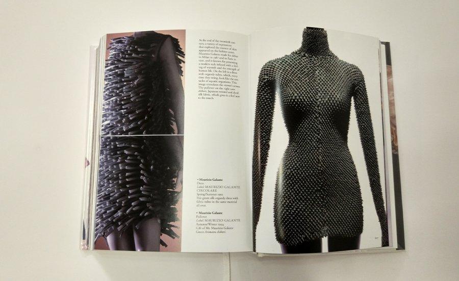 עור וטכנולוגיות יפניות. משמאל: spring/summer 1992 ,Maurizio Galante - שמלת משי ירוק עם צינורות בד לכל אורכה. כאשר נראים כמו זרועות של אורגניזם בכל פעם שזזים. מימין: Autumn/winter 1994 ,Maurizio Galante - בגד המשתמש ב