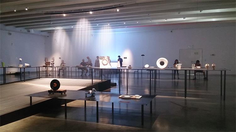 חלל מרכזי תערוכת סאונד- קול וחומר בעיצוב מוזיאון חולון לעיצוב. צילום: אלונה ג׳רסי