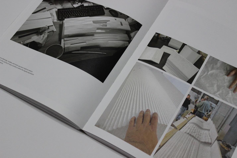 סקיצות, מודלים, ומוק-אפים ראשוניים ששוכללו במשך חודשים רבים כחלק מתהליך העיצוב של מעטפת הבניין