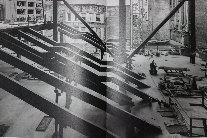 קורות קונסטרוקציה של המבנה במהלך הקמתו