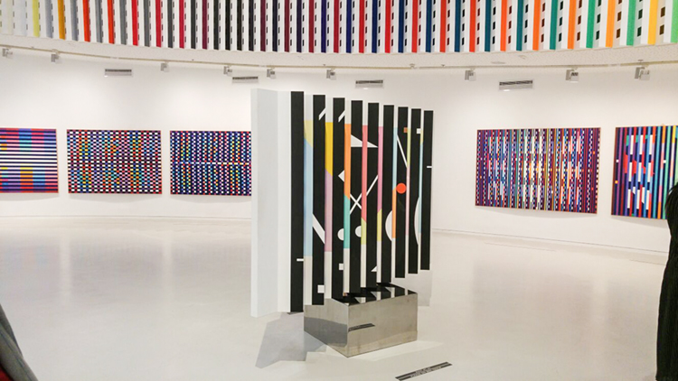 גלריה במוזיאון יעקב אגם. חלק מהיצירות נעות בעצמן ומציגות דימויים משתנים.