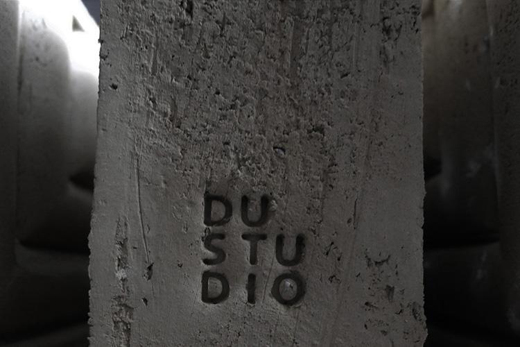 חותמת הסטודיו מוטבעת. צילום_ באדיבות סטודיו DU