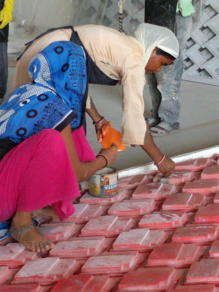 נשים יוצקות בטון.