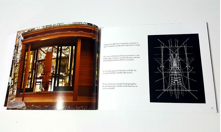 שילוב של סקיצה ידנית עם צילום של הפרויקט הבנוי המראה את החיבור של הסקיצות והתוצאה הסופית.