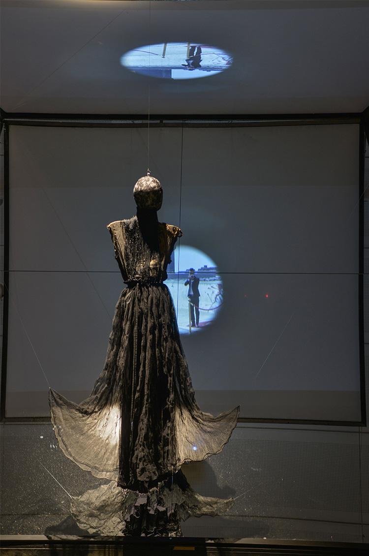 שמלת זהב רקומה, חצאית משי. אלבר אלבז, לנווין, 2010, צילום שי בן אפרים.