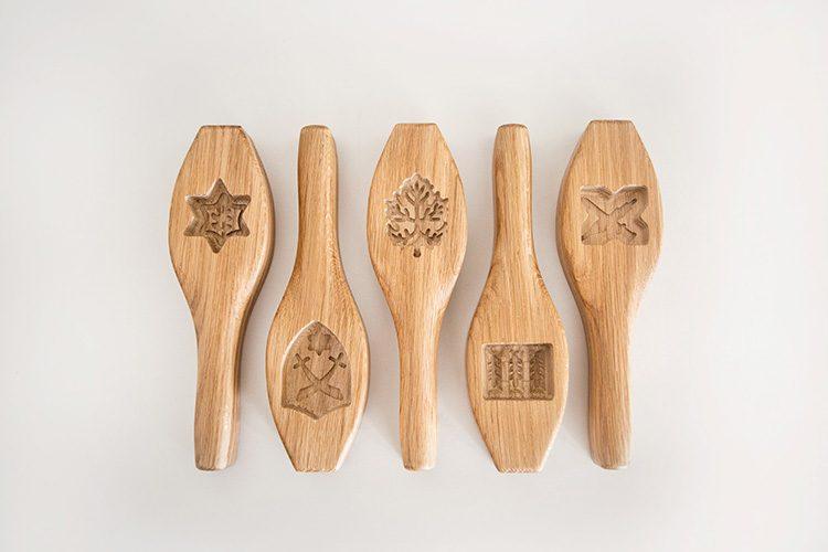תבניות עץ לעוגיות 'מעמול', רמי טריף. הצורניות המסורתית של העוגיות מתחלפת בסמלים ודרגות צבאיות. צילום: יעל גבריאלי