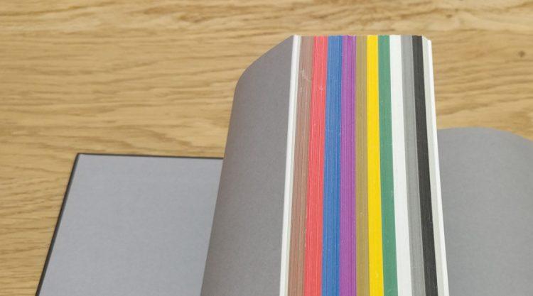 כל פרק מוקדש לצבע אחר.