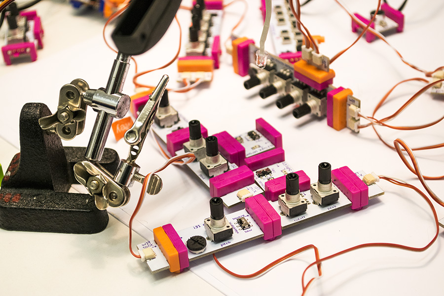ברוכים הבאים למעבדה של פרופסור לצרוני. בתמונה: LittleBits.