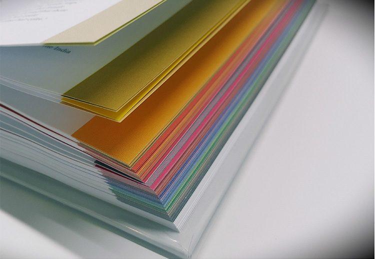 דפנות הדפים צבועות בצבעי הנושא שלהם.