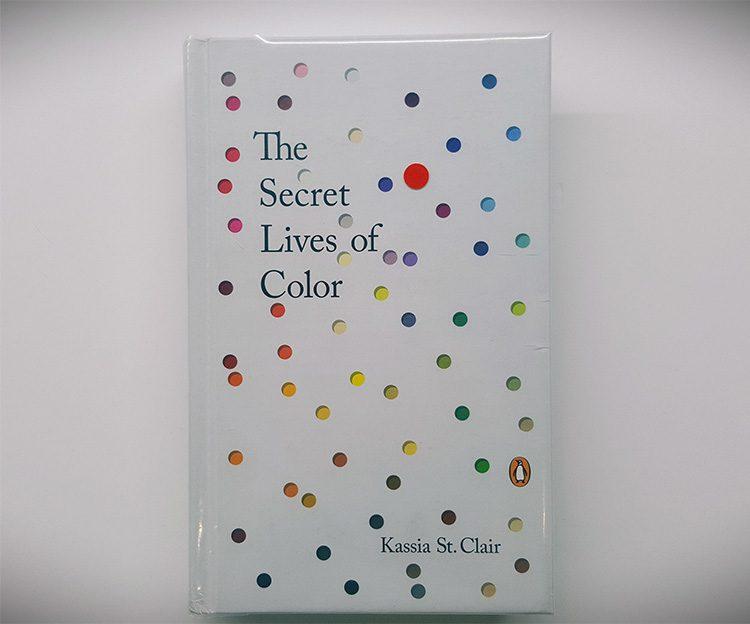 כריכת הספר מלאה בצבעים שונים.