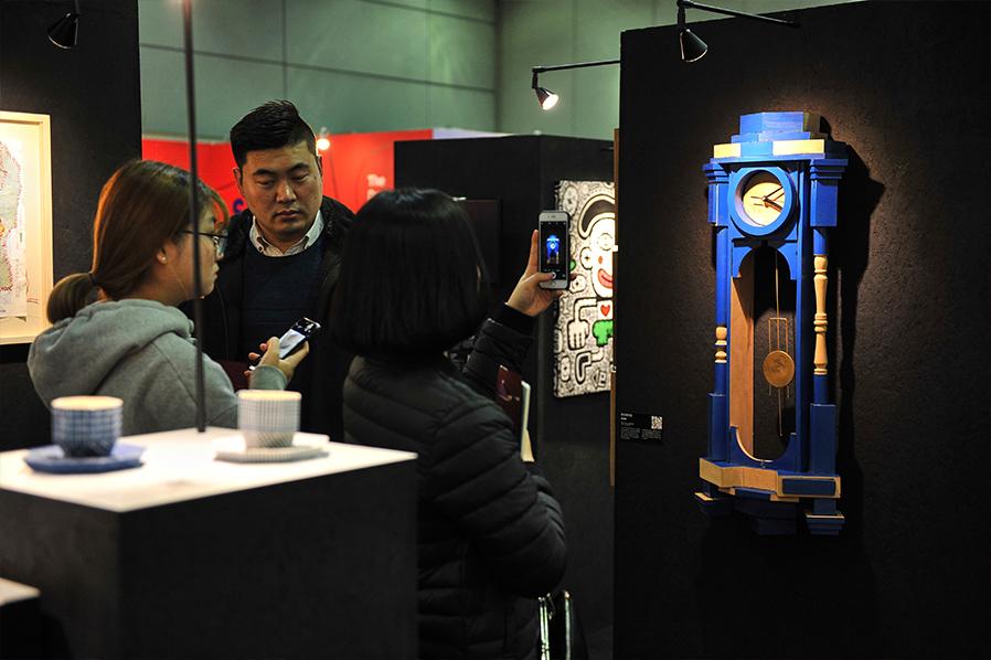 מבקרים בתערוכה