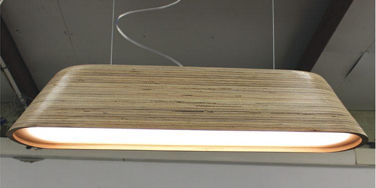 עדן סויסה: מנורה בעלת עיצוב מודרני נקי הנעשה משכבות בריג' וחיתוך cnc