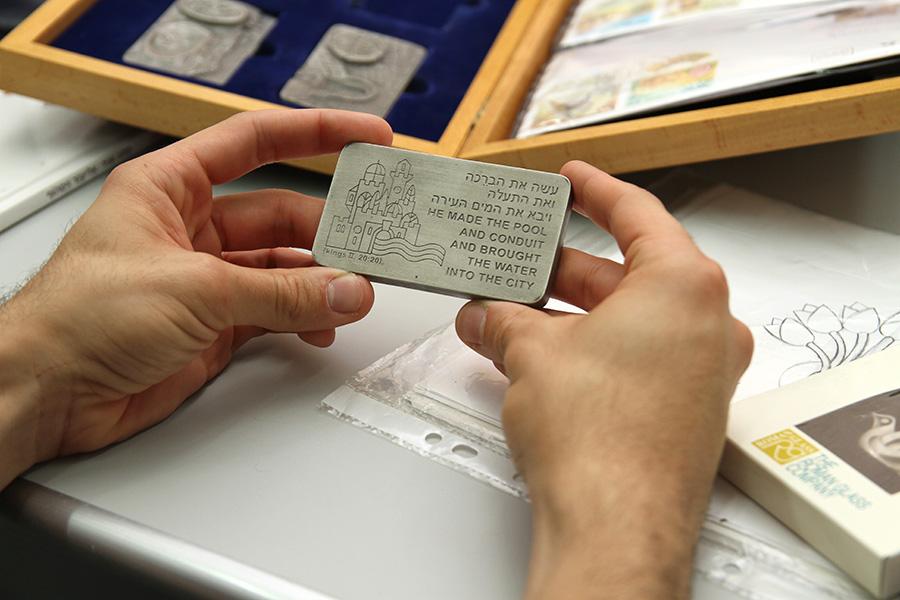 צידו האחורי של אחד ממטילי הפיוטר היצוקים והמפוסלים לפי סדרת הבולים