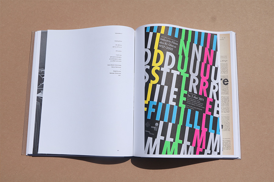 Indastertime (2011) פוסטר לפרויקט סרטי תעשייה ומלאכה. החזרתיות של האותית לוקחת השראה מקצב של מפעל תעשייתי. האותיות נצבעו וסודרו בזווית אלכסונית בהשראת חוטי טקסטיל במפעל.
