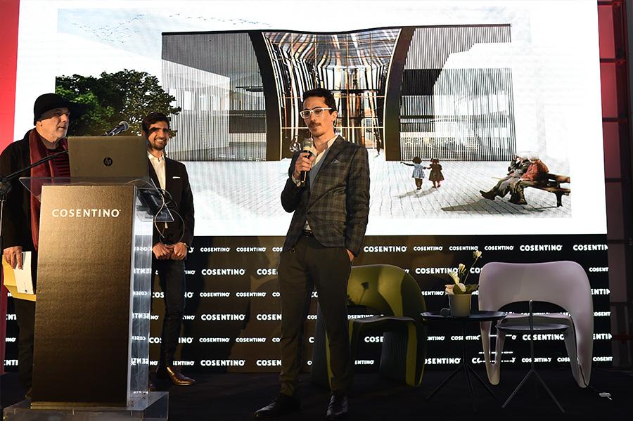 עידו מסביר את תהליך הפרויקט שעבר במהלך הסימסטר לקהל בתחרות
