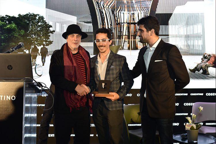 עידו מקבל את הפרס מהאדריכל רון ארד.