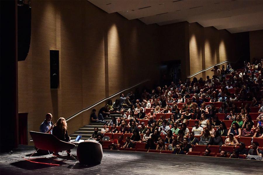 שיחה אינטימית בסלון פומבי. צילום: UX Salon
