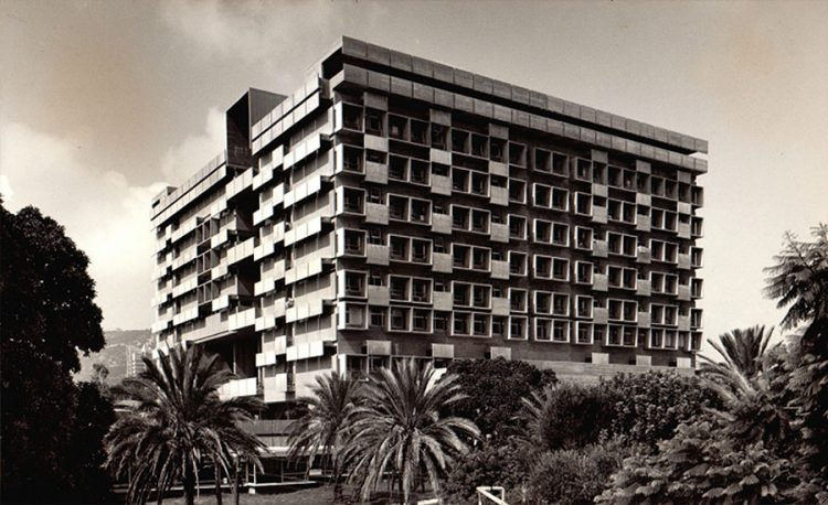 בית חולים רמב''ם בחיפה, הבניין המרכזי. תכנן אותו בשיתוף בנו, אלדר שרון (צילום רן ארדה; אוסף יעל אלוני)