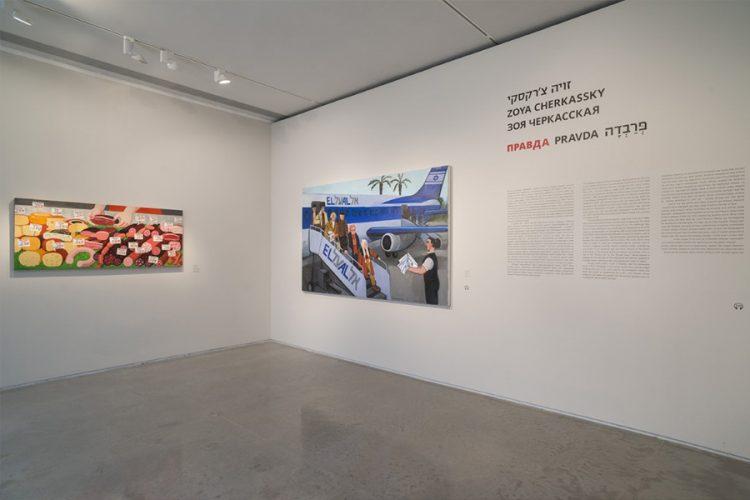"""חלל הכניסה לתערוכה. בתמונה ניתן לראות את העבודות: """"קורבנות חדשים"""" (2016), """"אנחנו אוכלים בשר חזיר מתוצרת רוסיה"""" (2013). צילום: אלי פוזנר"""