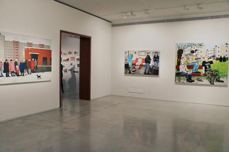 """חלל התערוכה. בתמונה ניתן לראות את העבודות: """"יפו ד'"""" (2012), """"לחם"""" (2015), """"תאכל חרא ותמות"""" (2016). צילום: ספיר בן צבי"""