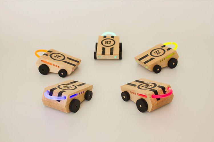 מכוניות וסטיקלייט של רינת עדי. צילום: רינת עדי