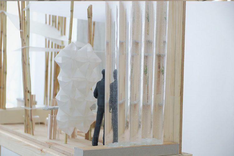 תמונה: מחיצת הצינורות השקופים מעוותת את דמות האדם הניצב מאחוריה, ומשנה את החלל. מתוך ההגשה של עדי מתן (צילום: עדי מתן)