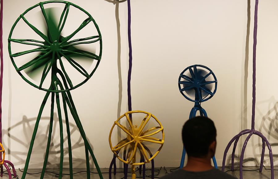 המבקרים מתבוננים במאווררים והמאווררים מביטים בחזרה. מצולם: אופק אהרון. צילום: אוריין אוזברקמן
