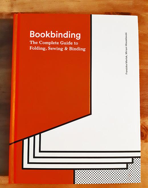 עיצוב הכריכה משחק תפקיד מרכזי בהעברת המסר של הספר