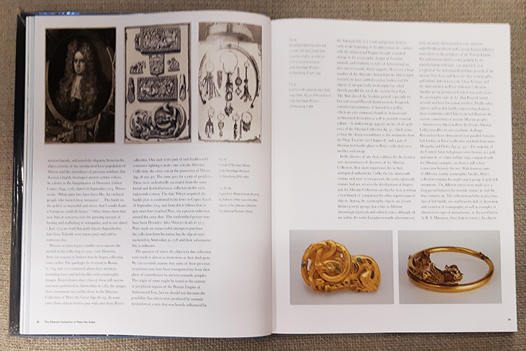 משמאל: דיוקנו של ניקולאס וויטסן ולצידו איורים מספרו של וויטסן של פריטים עתיקים מהאוסף הפרטי שלו. מימין: חגורת זהב מעוטרת (המאה ה-3 עד ה-2 לפנה