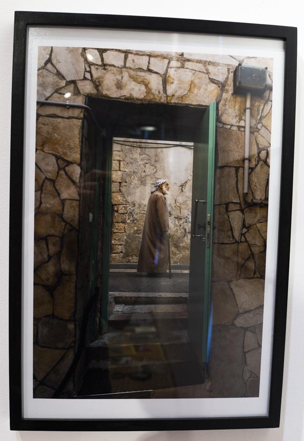 מעבר לדלת, כניסה למסגד המקומי, 2015. צילום_ שי בייליס_