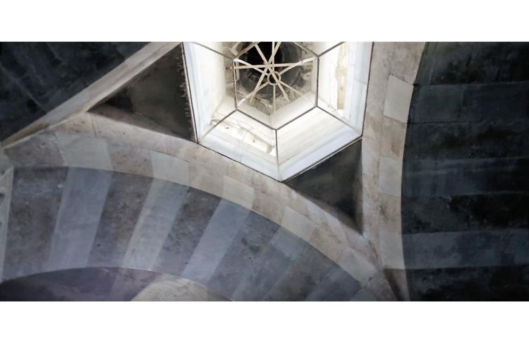 סִיבַּל הוֹרָדָה (טורקיה) צילום מתוך וידאו ארט חירות, שוויון, אחווה, 2017. צילום באדיבות המוזיאון