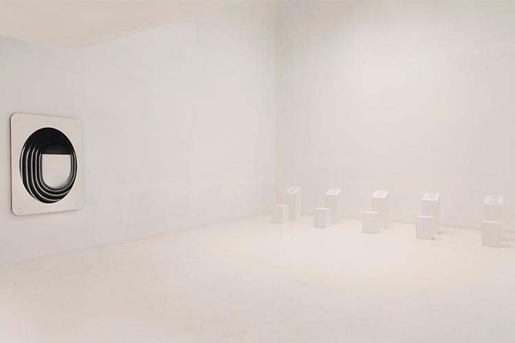 קומת הקרקע של התערוכה 'בדבר השתיקות', משמאל לימין: עבודה -