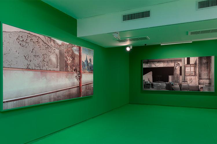הקומה העליונה של התערוכה 'בדבר השתיקות', משמאל לימין העבודות: