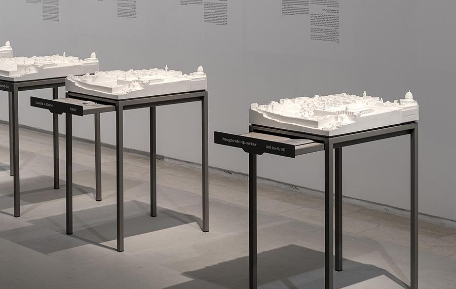 מודלים של הצעות אדריכליות עבור רחבת הכותל. צילום: שיתוף רשתות מוזיאון תל אביב לאמנות, הדס שפירא יחסי ציבור