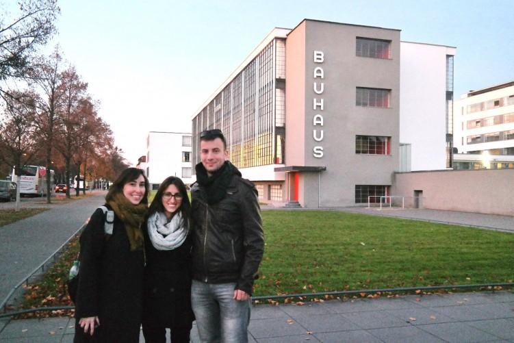 בניין בתי הספר באוהאוס, דסאו, גרמניה, עם הטיפורגפיה המפורסמת של הרברט באייר