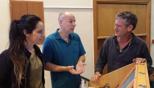 מימין -תמיר שפר, פרופ'-נתן אינטרטור-וסיגל פרלמן לאחר ההרצאה