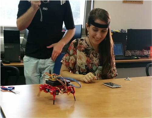 נוי-ברק, חוקרת מוח מ-Neurosteer,מדגימה שימוש בטכנולוגיה שלהם כדי להזיז  רובוט