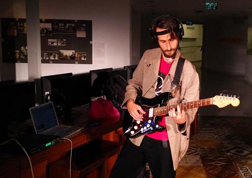שימוש בניטור גלי המוח כדי ליצור מוזיקה