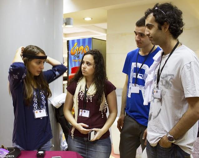 מימין לשמאל: עידו, נתן, שקד ונציגת חברת נירוסטיר, נוי ברק, שמרכיבה את ההתקן לקריאת גלי EEG מהמוח
