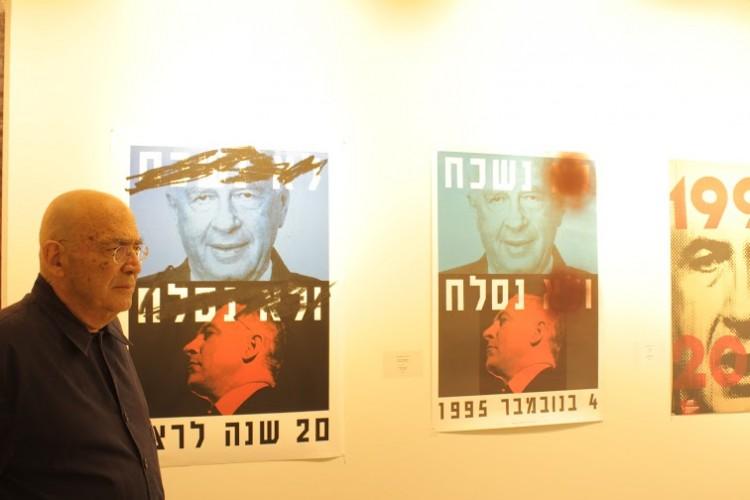 דוד טרטקובר ליד עבודתו (מימין) ועבודת המחווה של מיכל סהר (משמאל). צילום: יבגני ברקוב